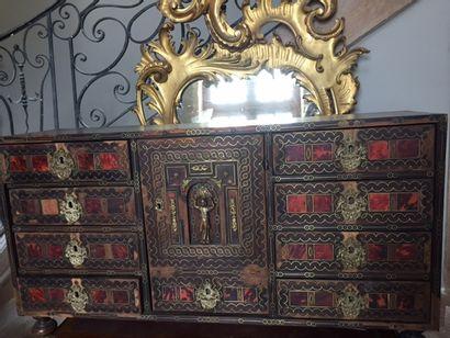 Grand cabinet en placage d'écaille teinté...