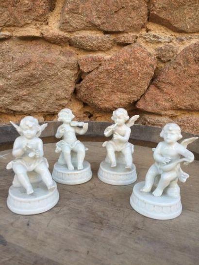 Quatre amours musiciens en porcelaine