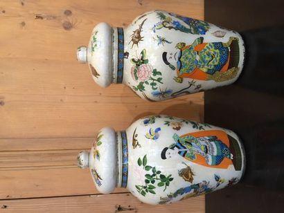 Paire de vases balustres couverts, en fixé...
