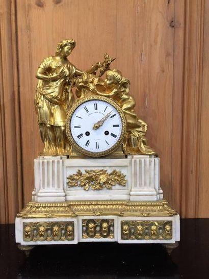 Pendule de cheminée en bronze doré et marbre...