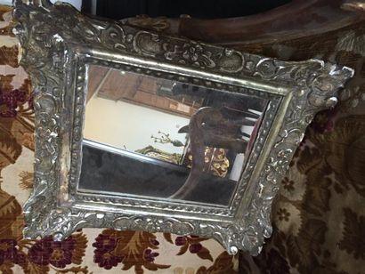 Miroir en bois sculpté argenté, orné de feuillages...