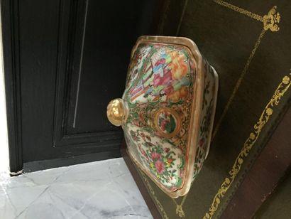 Terrine en porcelaine de Canton à décor polychrome...