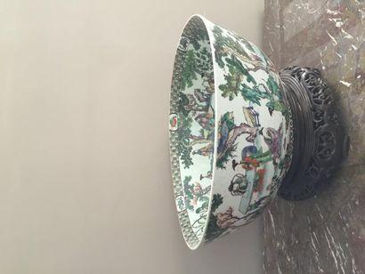 Rare coupe en porcelaine de Canton à décor...