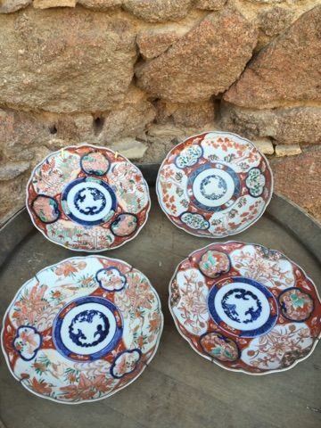 Quatre assiettes Imari