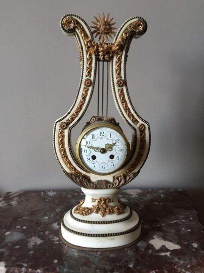 Pendule lyre en marbre et bronze doré garnie...