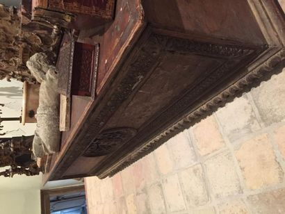 Grand coffre cassone en bois naturel sculpté...