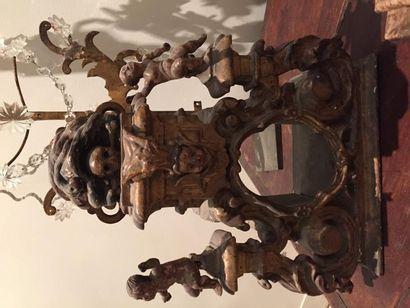 Base de crucifix en bois sculpté et doré...