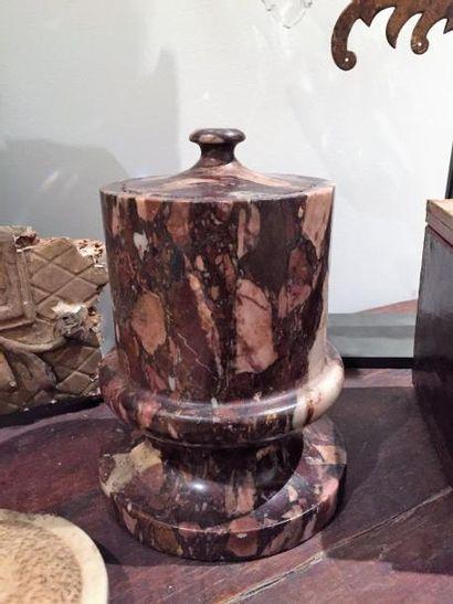 Pot à tabac en marbre brèche.  Fin du XVIIIème siècle.  H. 18 cm.
