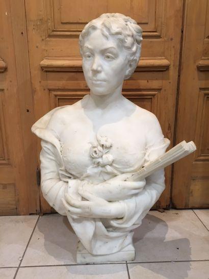 Sculpture en marbre, Élégante à l'éventail....