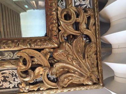 Grand miroir à parecloses, profil inversé, orné de baguettes, cartouches, coquilles...