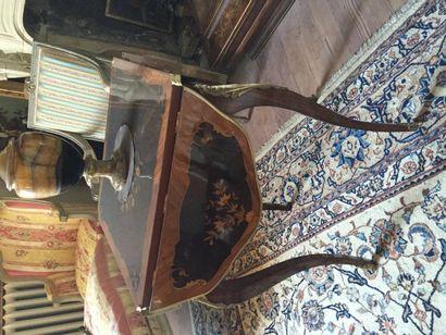 Table de salon à quatre volets, en placage et marqueterie dessinant des bouquets...