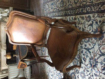 Paire de fauteuils Génois à châssis, à dossiers plats, en bois naturel mouluré et...