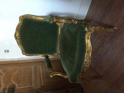 Belle paire de fauteuils à dossiers plats en bois sculpté, doré, orné de feuillages,...