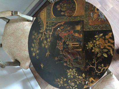 Guéridon tripode en bois peint à la façon de l'Orient, fond noir, décor de scènes...
