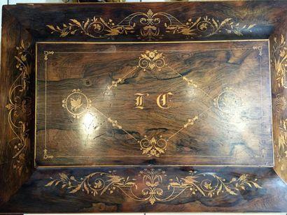 Grand coffret en tombeau, en placage de palissandre marqueté de bois clair, dessinant...