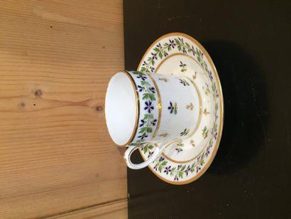 Vieux Paris, paire de tasses et sous-tasses litron, en porcelaine à décor de barbeaux...