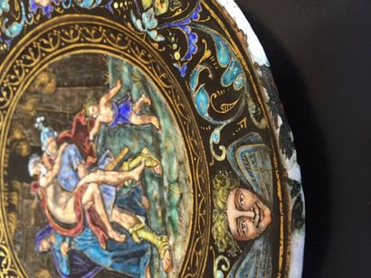 Fuite d'Enée, petite assiette ronde, émaillée recto verso à décor polychrome, dans...