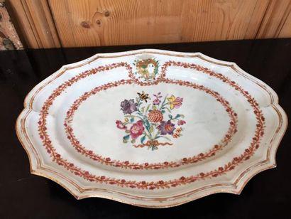 Compagnie des Indes, grand plat ovale à ailes en chauve-souris, décor polychrome...
