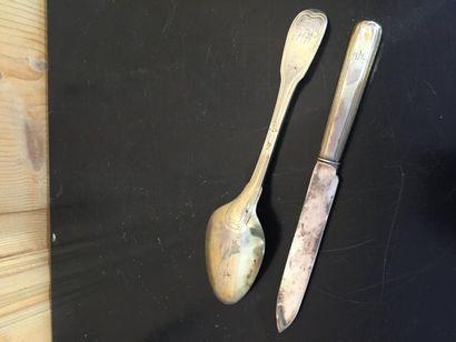 Etui en cuir orné aux fers à dorer, renfermant une cuillère chiffrée à filets, en...