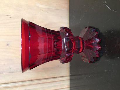 Verre sur piédouche en verre rouge taillé...