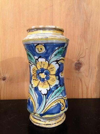 Italie, albarelle polychrome à décor de fleurs...
