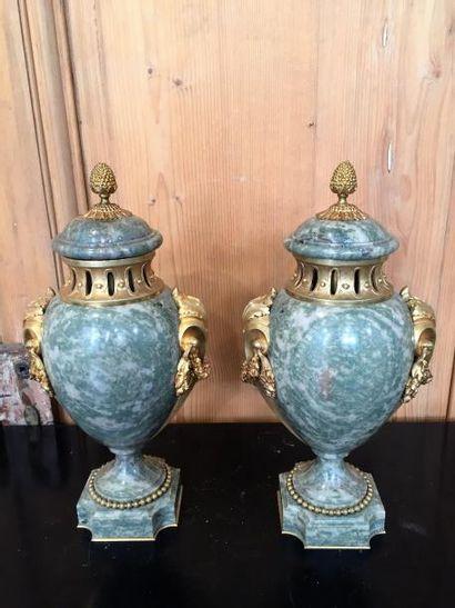 Paire d'urnes couvertes en marbre vert veiné,...