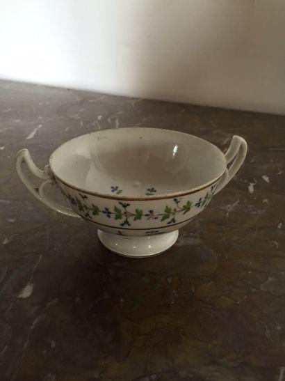 Petite coupe en porcelaine de Paris à décor...