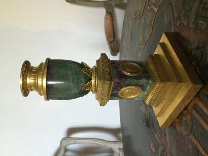 Bougeoir en spath fluor monté en bronze doré...