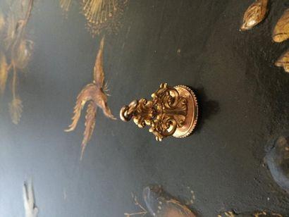 Cachet en or et métal doré à décor de fleur...