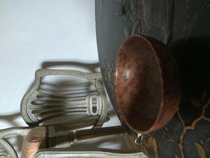 Deux bols en marbre tourné, monture bronze...