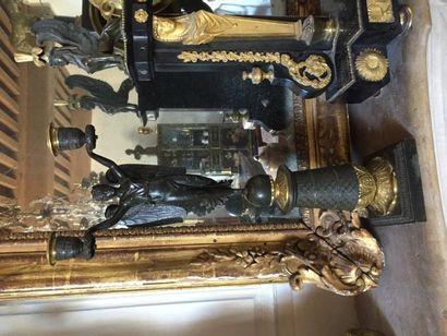 Paire de grands candélabres en bronze patiné...