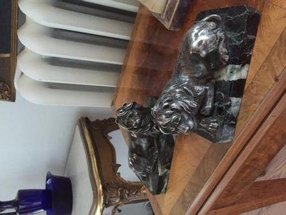Belle paire de lions allongés, sculptés en...