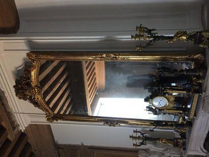 Grand miroir en bois doré orné de coquilles,...