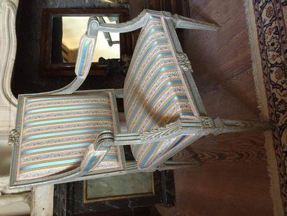 Paire de fauteuils à dossier plat en bois...