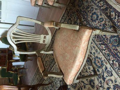Salon comprenant dix chaises et deux fauteuils...