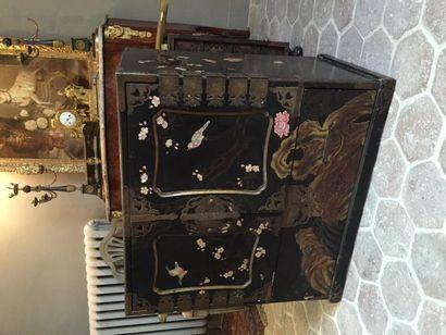 Cabinet Meiji, de milieu, en laque à fond...