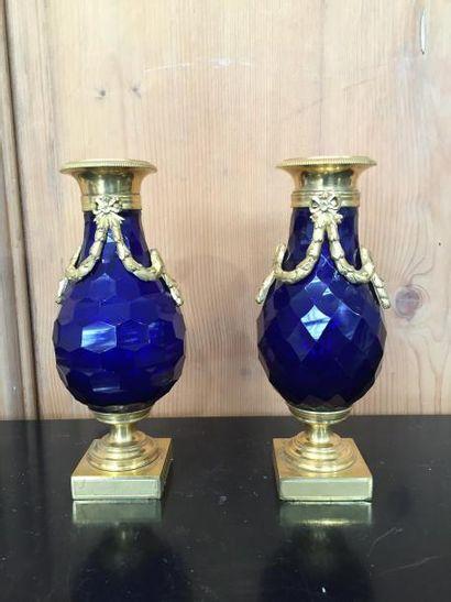 Paire de vases en verre bleu à corps facetté,...