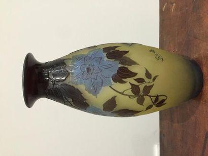 Gallé. Vase en verre à décor floral dégagé...