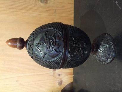 Coupe en noix de coco sculptée, ornée d'attributs...