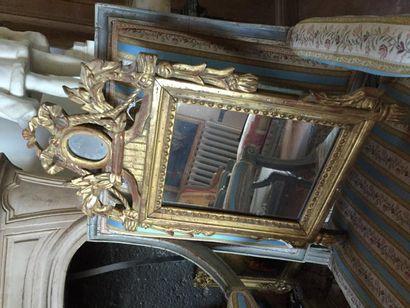 Petit miroir en bois doré et sculpté à décor...