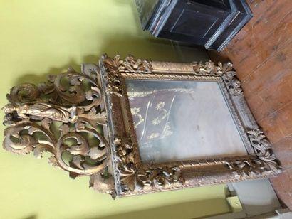 Miroir en bois sculpté et doré, à décor de...