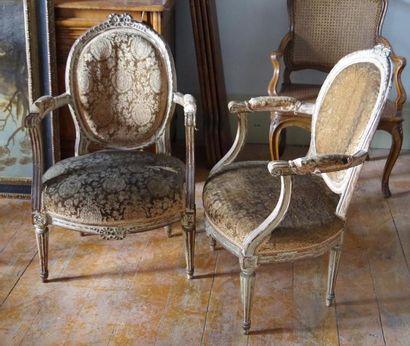 Quatre fauteuils cabriolet en bois relaqué,...