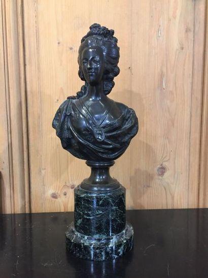 Marie-Antoinette, buste en bronze à patine...