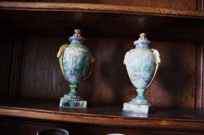 Paire de vases en spath-fluor, de forme balustre...