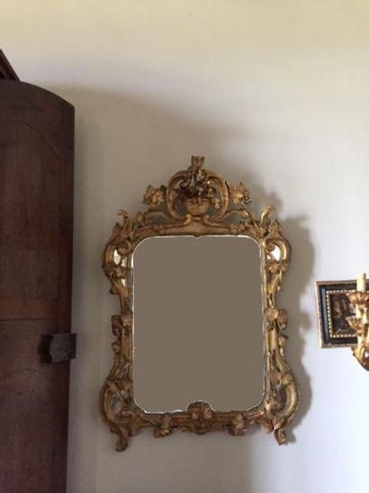 Beau miroir en bois sculpté, ajouté et doré,...