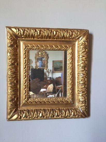 Petit miroir en bois sculpté et doré. XXVIIIème...