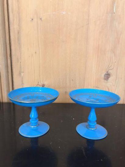 Paire de baguiers en opaline bleu translucide,...