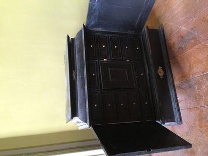 Cabinet en placage d'ébène ouvrant à deux...