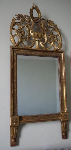 Miroir en bois et stuc doré, encadrement...