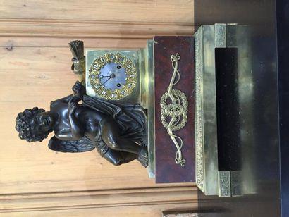 Pendule en bronze patiné et doré, Cupidon...